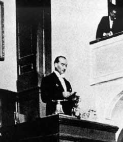 Atatürk Büyük Nutuk'u Okuyor